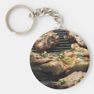 Filete y pollo asados a la parilla en la parrilla llavero redondo tipo chapa