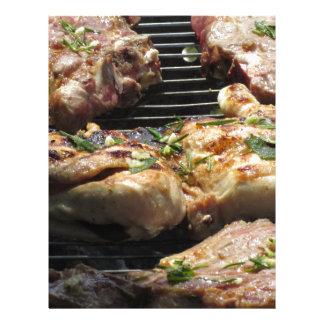 Filete y pollo asados a la parilla en la parrilla membrete