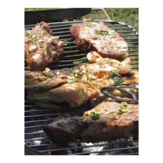 Filete y pollo asados a la parilla en la parrilla plantillas de membrete
