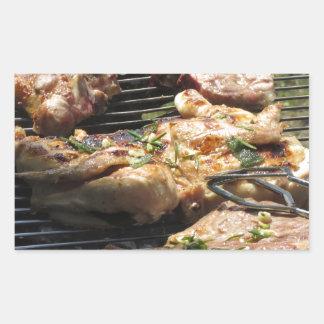 Filete y pollo asados a la parilla en la parrilla pegatina rectangular