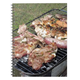 Filete y salchichas asados a la parilla en la libretas