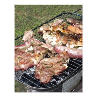 Filete y salchichas asados a la parilla en la membrete