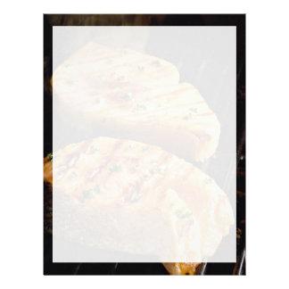 Filetes de color salmón deliciosos en parrilla plantilla de membrete