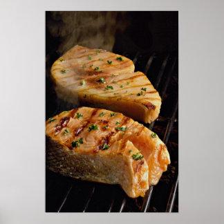 Filetes de color salmón deliciosos en parrilla póster