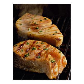 Filetes de color salmón deliciosos en parrilla postales
