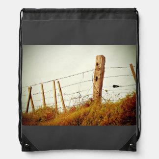 Filtro temático, cerca filtrada espinosa sobre mochilas