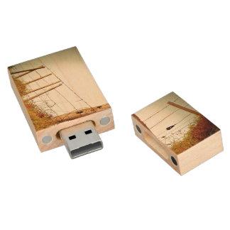 Filtro temático, cerca filtrada espinosa sobre pen drive de madera USB 2.0