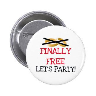 Finalmente libre vayamos de fiesta pin redondo de 2 pulgadas