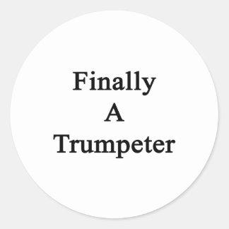 Finalmente un trompetista etiqueta redonda