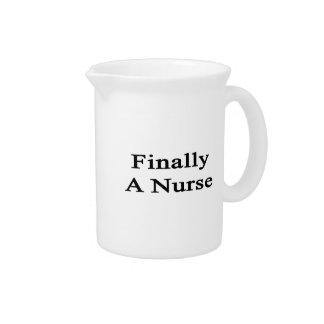 Finalmente una enfermera jarra de beber