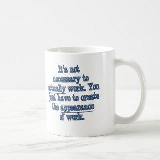 Fingimiento trabajar taza de café