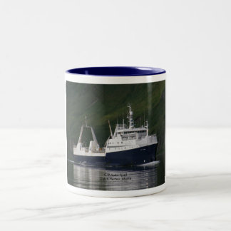 Fiordo ártico, barco rastreador de fábrica en el taza dos tonos