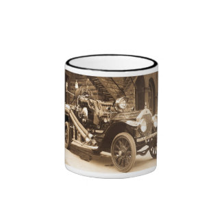 Firetruck viejo de la moda taza de dos colores