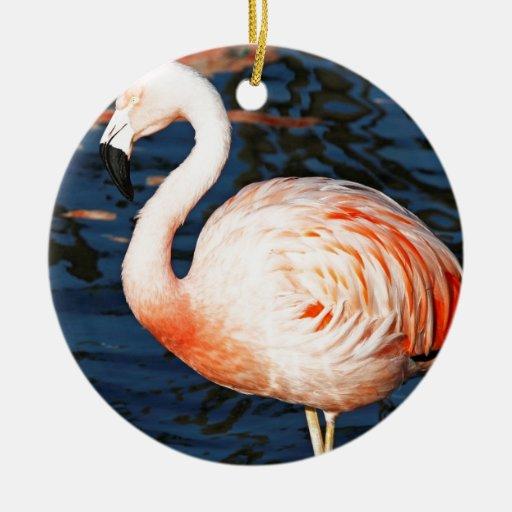 Flamenco rosado adorno navideño redondo de cerámica