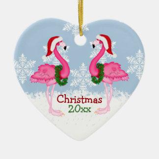 Flamenco rosado del navidad que lleva los gorras adorno de cerámica en forma de corazón