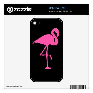Flamenco rosado en fondo negro skin para el iPhone 4S