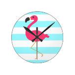 Flamenco rosado en rayas ligeras del trullo relojes de pared