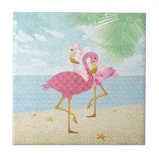 Flamencos rosados de la acuarela en la playa azulejo cuadrado pequeño