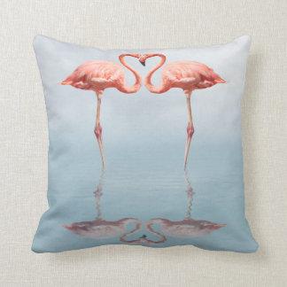 Flamencos rosados en almohada de tiro del amor