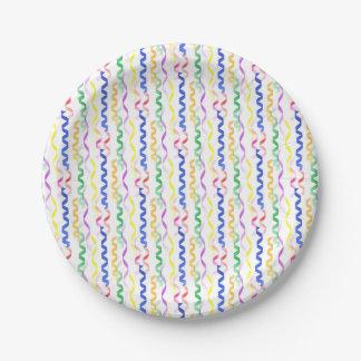 Flámulas coloreadas multi del fiesta en blanco plato de papel de 7 pulgadas