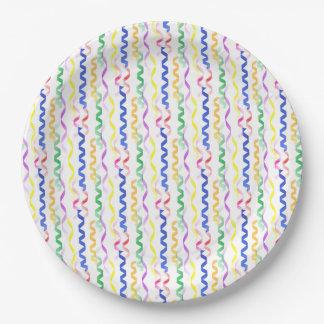 Flámulas coloreadas multi del fiesta en blanco plato de papel de 9 pulgadas