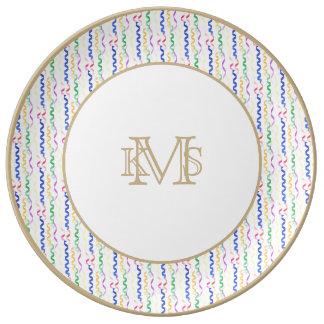 Flámulas coloreadas multi del fiesta en blanco plato de cerámica