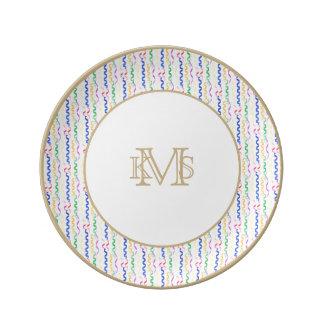 Flámulas coloreadas multi del fiesta en blanco platos de cerámica
