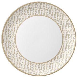Flámulas del fiesta del oro en el fondo blanco plato de cerámica