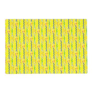 Flámulas multi del fiesta en el amarillo de neón tapete individual