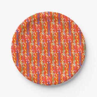 Flámulas multicoloras del fiesta en un naranja de plato de papel de 7 pulgadas