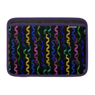 Flámulas multicoloras del fiesta en un negro fundas para macbook air