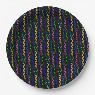 Flámulas multicoloras del fiesta en un negro plato de papel de 9 pulgadas