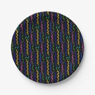 Flámulas multicoloras del fiesta en un negro plato de papel de 7 pulgadas
