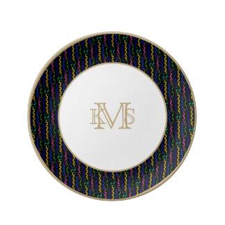 Flámulas multicoloras del fiesta en un negro plato de cerámica