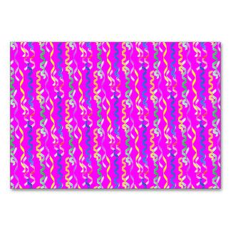 Flámulas multicoloras del fiesta en un rosa del