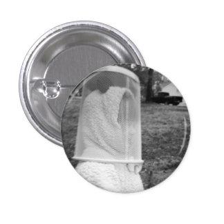 Flannery con un Trashcan en su pequeño botón de la Pin Redondo De 1 Pulgada