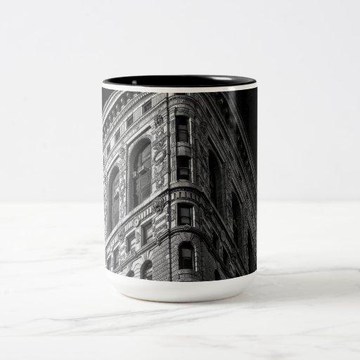 Flatiron Building in Manhattan, NYC Mugs