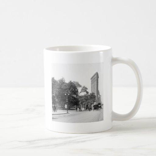 Flatiron from 5th, NYC: 1906 Coffee Mugs