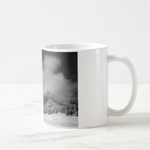 Flatirons en las nubes Boulder Colorado BW Taza De Café