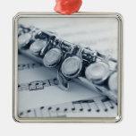 Flauta detallada adorno navideño cuadrado de metal