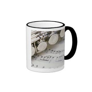 Flauta en partitura taza de dos colores