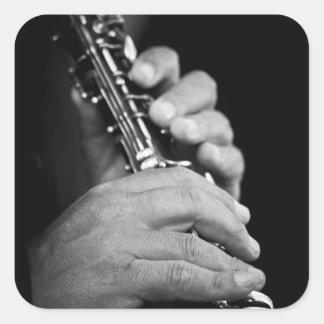 Flauta que es jugada en blanco y negro por el pegatina cuadrada