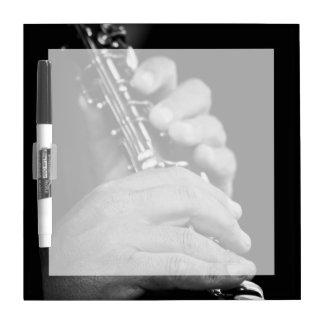 Flauta que es jugada en blanco y negro por el pizarra