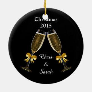 Flautas de champán en negro adorno navideño redondo de cerámica
