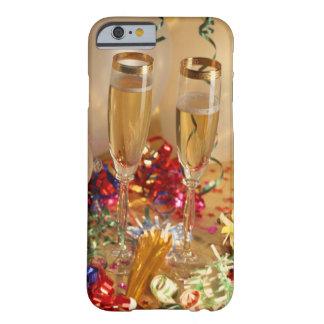Flautas de champán, flámulas y noisemakers funda barely there iPhone 6