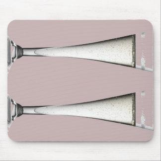 Flautas rosadas y blancas del vidrio de Champán Alfombrilla De Raton