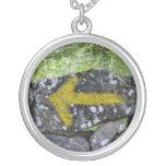 Flecha amarilla en el collar de la cerca