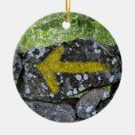 Flecha amarilla en el ornamento de la cerca adorno navideño redondo de cerámica