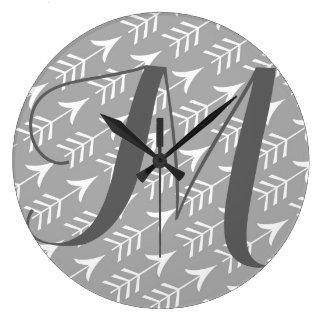 Flechas grises y blancas con el monograma reloj redondo grande