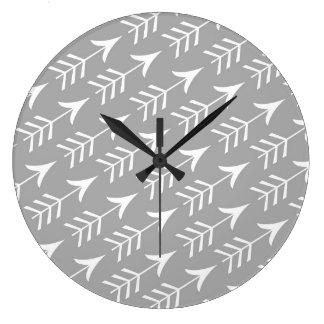 Flechas grises y blancas reloj redondo grande